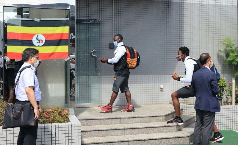▲參與東京奧運的烏干達選手團昨日抵達成田機場,其中1人接受新冠肺炎PCR檢測結果為陽性。(圖/美聯社/達志影像)