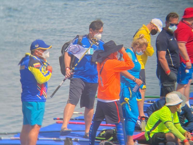 ▲比賽過程中,教練劉曜彰幫助補充水份。(圖/中華民國游泳協會提供)