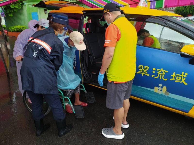 ▲免費接種計程車幫忙行動不便長輩離開接種站。(圖/高市府捷運局提供)