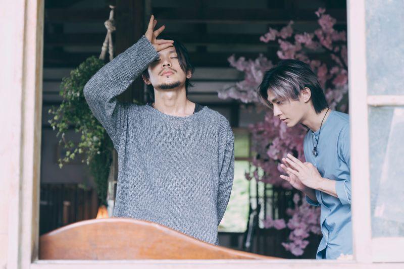 ▲姚淳耀(左)在《我願意》飾演邪教教主,炎亞綸是他信徒之一。(圖/絡思本娛樂製作公司提供)