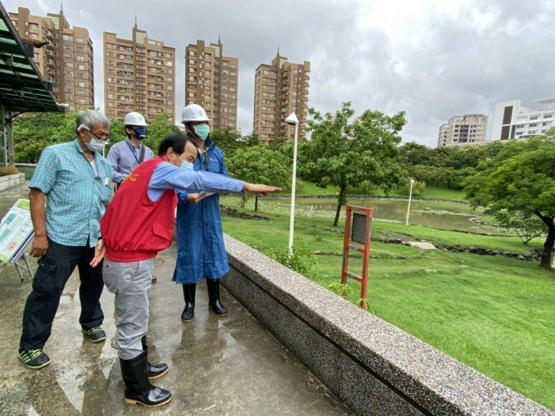 ▲副市長林欽榮視察本和里滯洪池。(圖/高市府水利局提供)