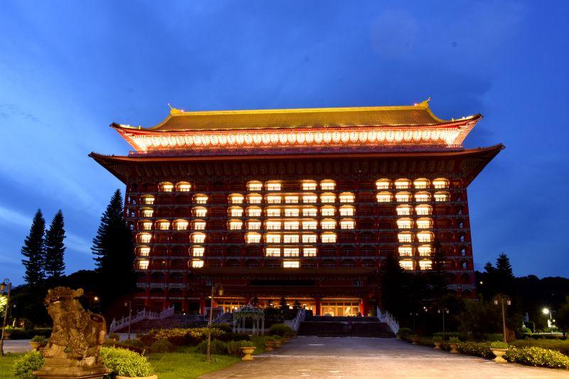 ▲圓山大飯店今(20)天用「A❤T」點燈,呈現出美國對台灣的愛與支持。(圖/飯店業者提供)