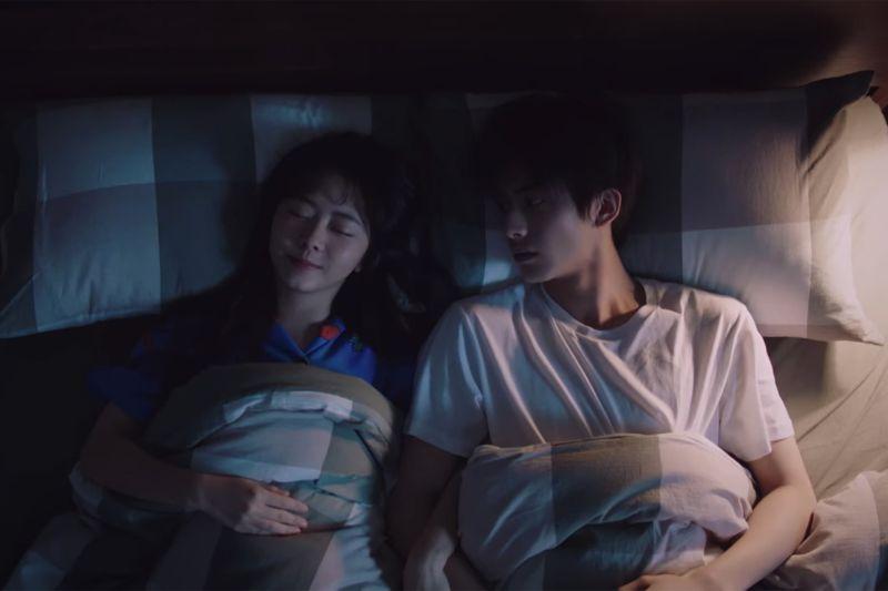 ▲譚松韻(左)在劇中陪宋威龍睡覺的片段,讓收視率達到最高峰。(圖/中天娛樂台提供)