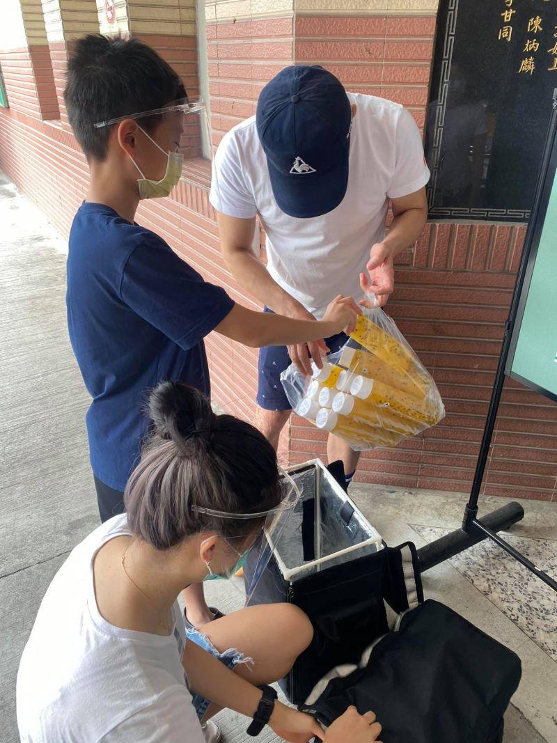 ▲賈永婕和兒子、老公張羅愛心餐。(圖/賈永婕臉書)