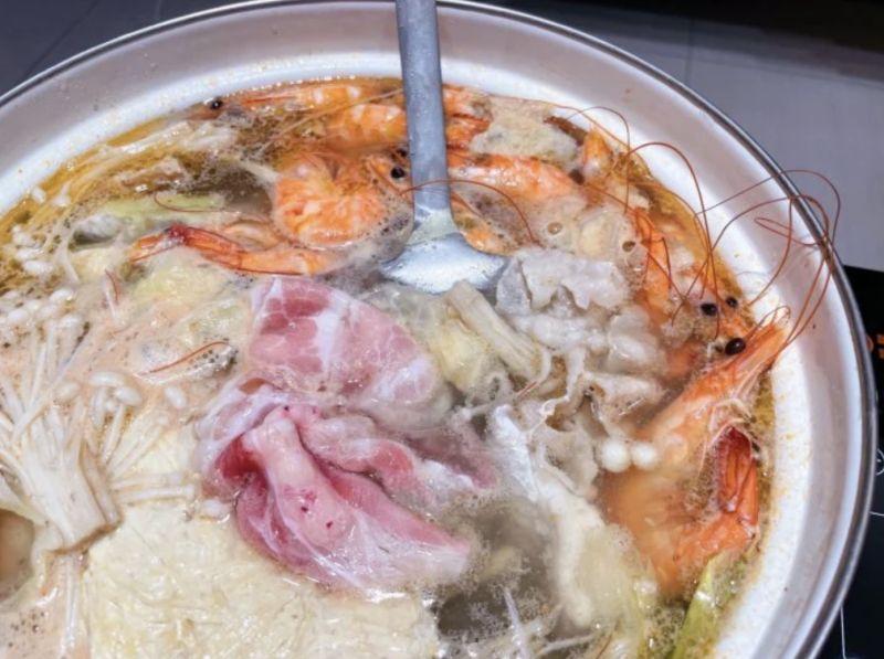 ▲從照片中可以看到「蝦子全都是冷凍、肉每盤都是兩層超巨大、40隻蝦子放到鍋子放不下,湯超級無敵霹靂鮮甜」。(圖/翻攝自網路論壇《Dcard》)