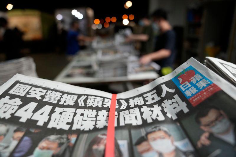 ▲香港壹傳媒及《蘋果日報》遭港警控告違反「港區國安法」,旗下3家公司資產被凍結。(圖/美聯社/達志影像)