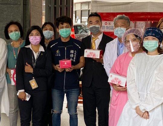 ▲永慶房屋仁愛圓環店準備50個西式餐盒,為醫護人員加油打氣,受到中心診所醫院熱烈接待。