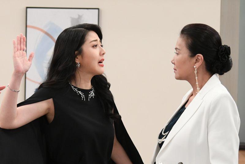 ▲韓瑜(左)開戰丁國琳飆收視。(圖/三立)