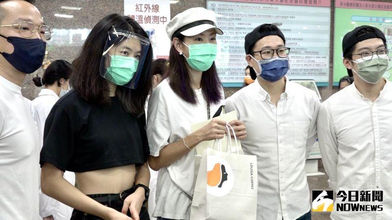 ▲賈永婕的大女兒安安(左二)陪媽媽一起送便當到新光醫院,下個月她就要去美國讀書。(圖/記者陳思誼攝)