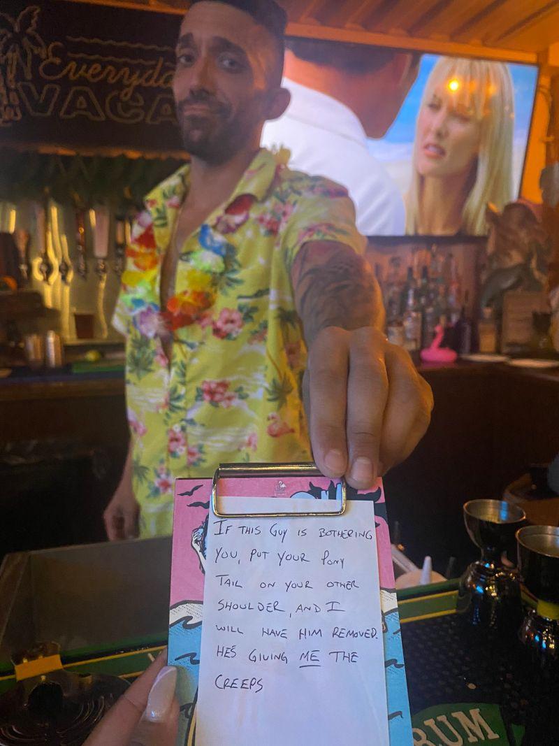 ▲古鐵雷斯蒂出這個假裝成帳單的小紙條,機智救援被騷擾的女客人。(圖/翻攝自@trinityallie的推特)