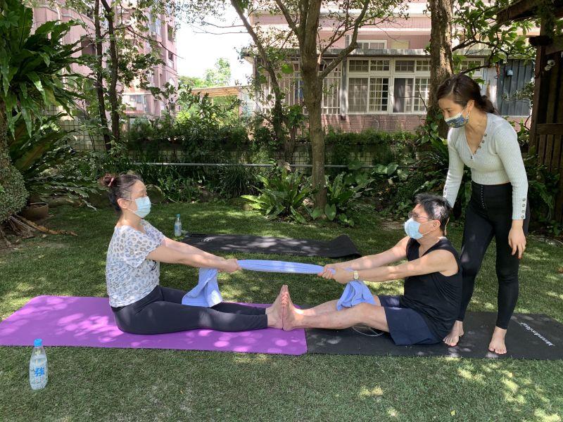 ▲黃心娣(右一)教學雙人瑜伽。(圖/周子)
