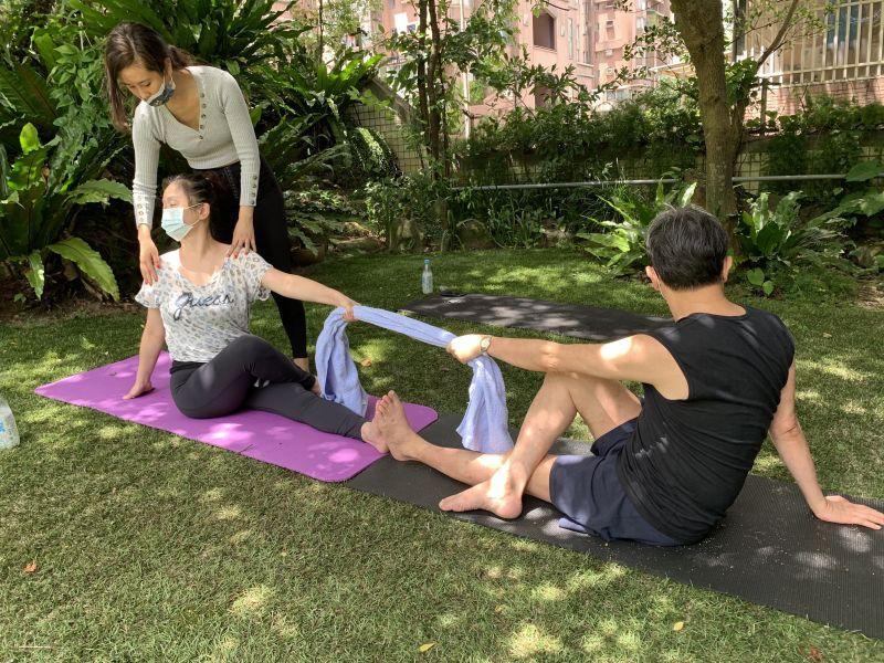 ▲黃心娣(左)全程戴口罩教學雙人瑜伽。(圖/周子)