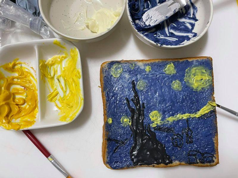 ▲原PO用各式食材,調成黃、藍、黑三種顏色。(圖/網友授權提供)