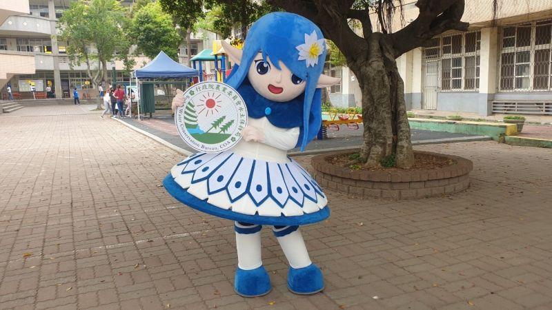 ▲▲臺中分局吉祥物水精靈造型美麗可愛,藍色色系就像個水姑娘。(圖/臺中分局提供)