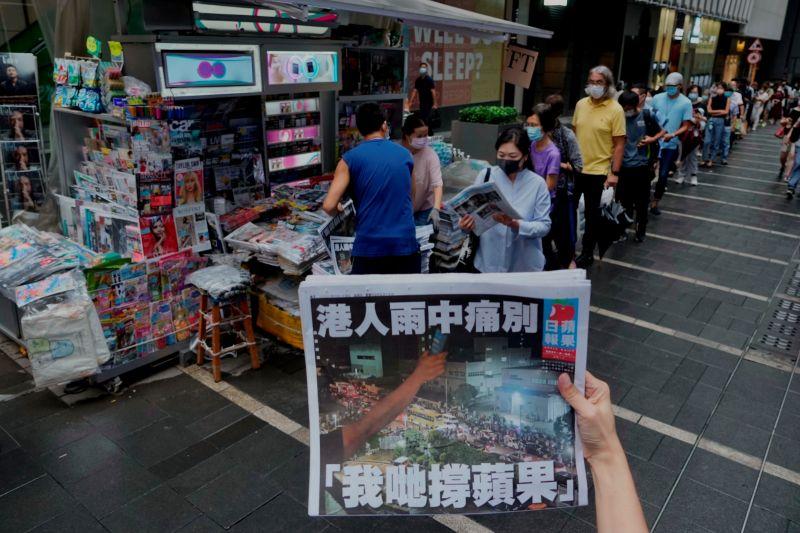 ▲香港蘋果日報印刷版今天最後發行,終結了26年的歷史;有人說,去年7月實施的港區國安法,早已預告了蘋果日報今天的命運。(圖/美聯社/達志影像)