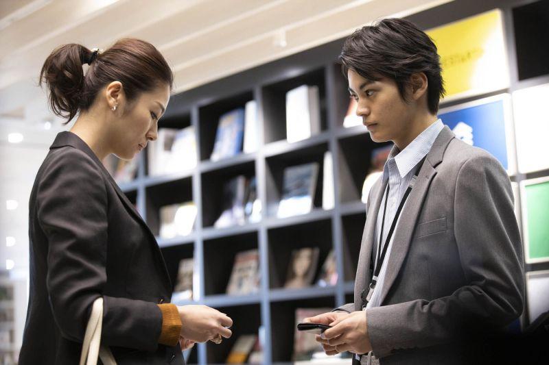 ▲瀧內公美(左)與神尾楓珠片中原為一夜情對象,沒想到卻在工作場合重逢。(圖/采昌)