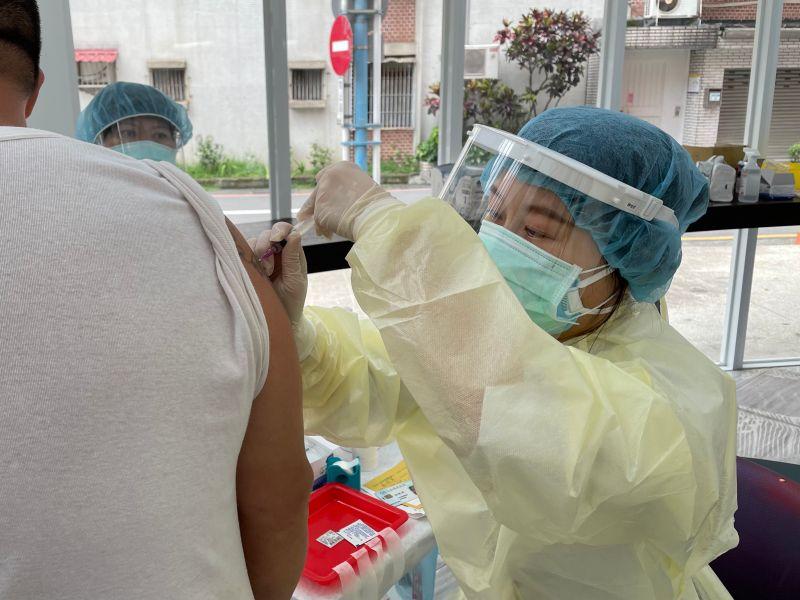 ▲亞東醫院醫護人員於今日上午的10點半,也專程到安心旅館為街友施打疫苗。(圖/新北市政府社會局提供)
