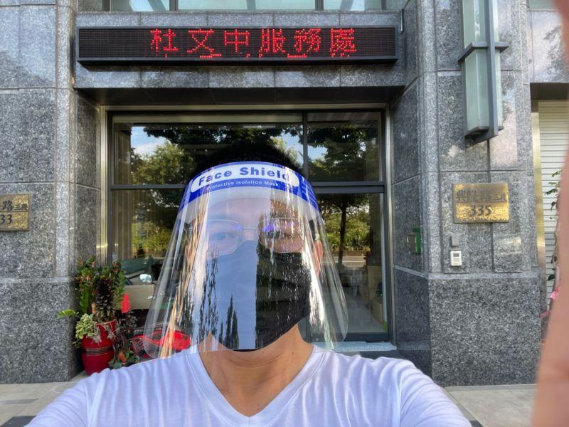 ▲新竹縣議員杜文中和熱心公益企業,捐出1萬個「防飛沫的護目面罩」給竹北市公寓大樓的管理、保全人員。(圖/杜文中提供)