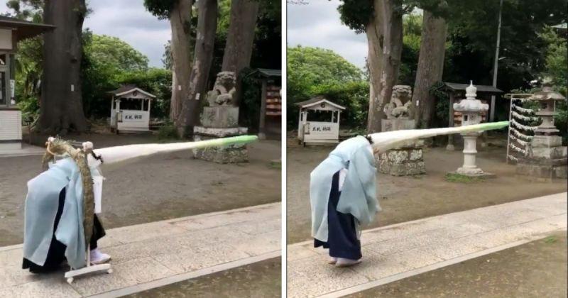 ▲推特影片中可以看見,彎腰的祭司頂著頭上的大蔥頭試圖穿過一個如呼拉圈般的圓型物體。(圖/擷取自@arukajinjanegi/Twitter)