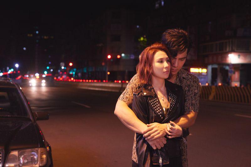 ▲林凡(前)在新歌MV中,與祖雄扮演鴛鴦大盜。(圖/華納音樂提供)