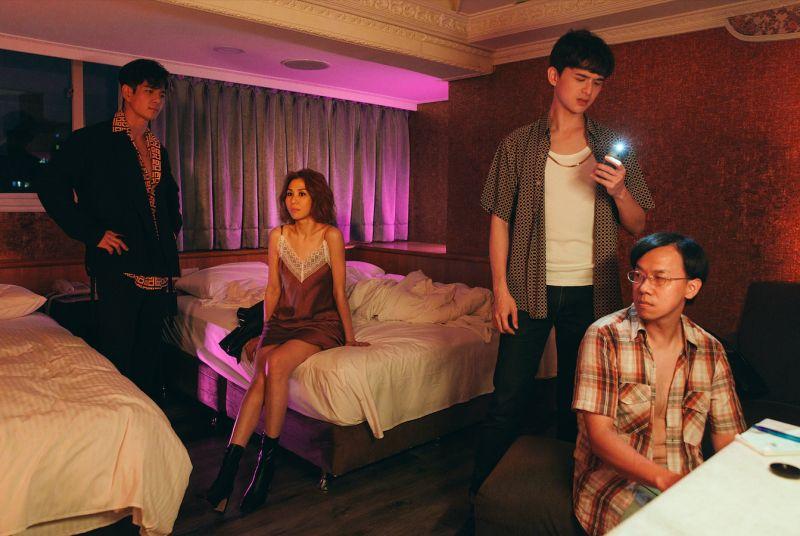 ▲林凡在新歌MV中,與祖雄扮演鴛鴦大盜。(圖/華納音樂提供)
