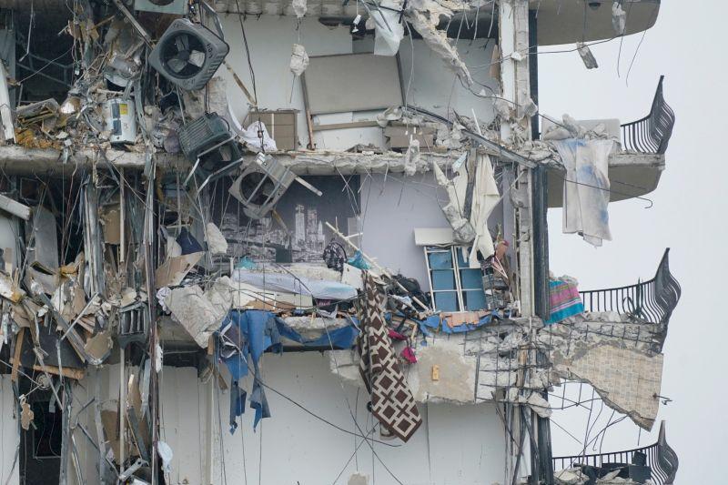 ▲美國佛羅里達州邁阿密一處12層高的住宅大樓,當地時間週四凌晨驚傳崩塌,建築物毀損嚴重,搜救仍在持續。(圖/美聯社/達志影像)