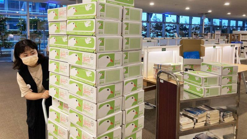 ▲圖書館會以宅配方式將限量書箱寄送到府,每盒書箱除了有7本精選書籍還隨機附上書袋。(圖/高市圖提供)