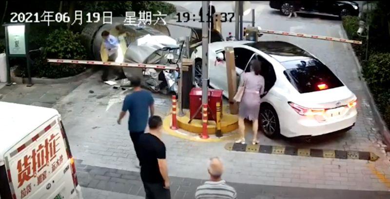 ▲深圳一位女駕駛,直接開車衝入撞倒社區警衛亭,且當時還有保全在裡面,場面驚險。(圖/美聯社AP/Viralpress)