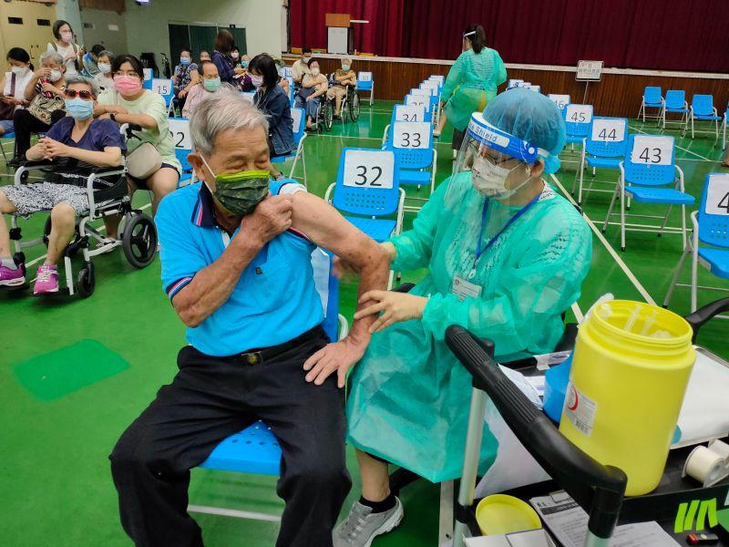 ▲剩餘疫苗,台中市政府表示,由各接種點公告「殘劑」採候補登記方式(圖/柳榮俊攝2021.6.25)