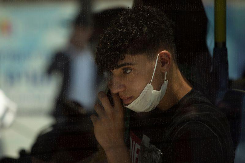 ▲感染2019冠狀病毒疾病(COVID-19)Delta變異株病例持續激增之際,以色列今天告訴國民,在室內還是必須戴起口罩,而這項規定剛在10天前取消。(圖/美聯社/達志影像)