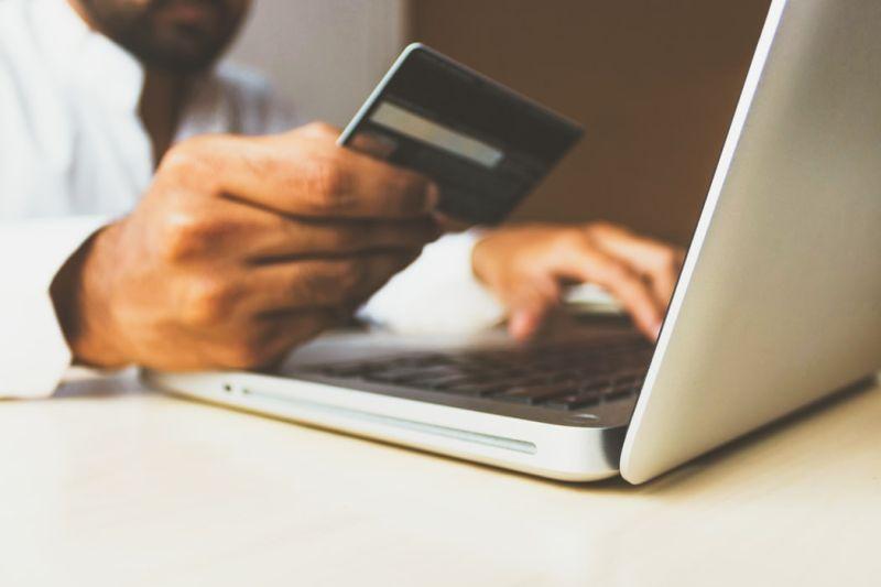▲線上購物往往讓人一不小心就花費大筆金錢,有專家分享控制衝動消費的方法。(示意圖/翻攝自Unsplash)