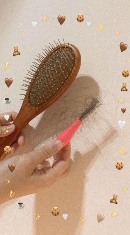 ▲女網友PO出梳子與清梳器。(圖/翻攝自《Dcard》)