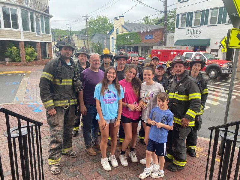 ▲少女脫身後與家人朋友一同和救援的消防隊員合影。(圖/翻攝自Port
