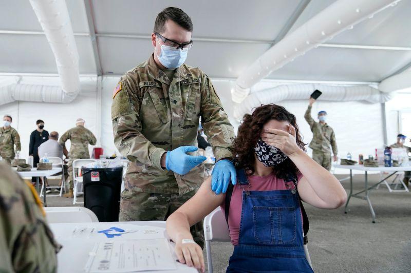▲面對Delta變種病毒來勢洶洶,美國政府正積極鼓勵年輕族群接種新冠疫苗。(圖/美聯社/達志影像)