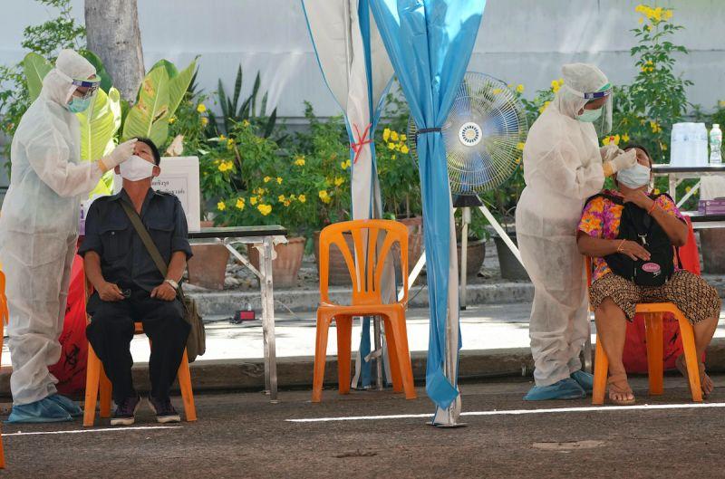 ▲泰國近期工地群聚感染嚴重,帕拉育政府下令收緊防疫措施,關閉工寮、暫停餐廳內用餐。(圖/美聯社/達志影像)