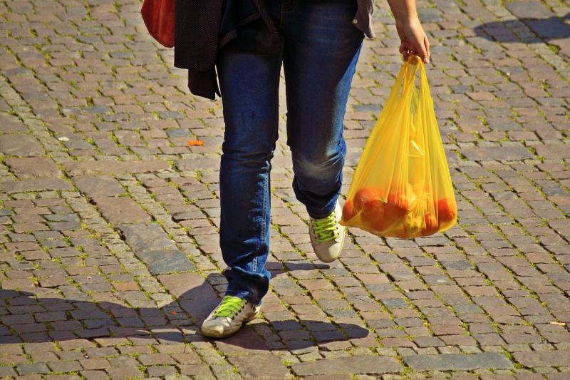 ▲店家「塑膠袋收費」逐漸調漲?網友卻逆風支持。(示意圖/翻攝自pixabay)