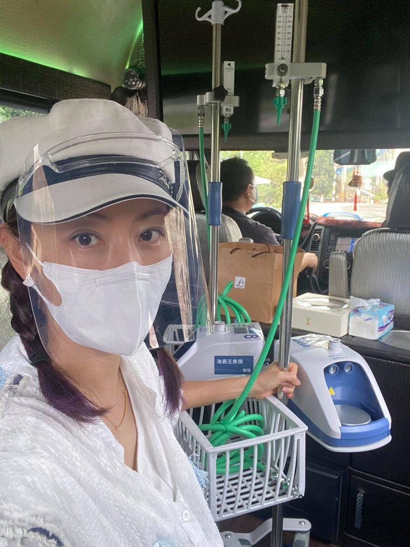 ▲賈永婕親自送HFNC到衛福部屏東部立醫院。(圖/翻攝賈永婕的跑跳人生臉書)