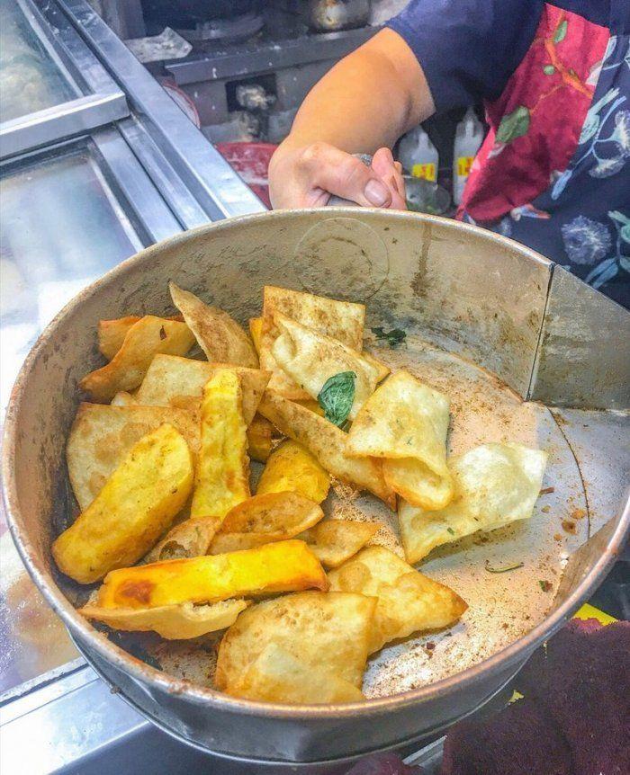 ▲網友分享鹹酥雞攤販售的隱藏神品「炸蛋餅皮」,結果一堆人喊完全沒吃過。(圖/Dcard)