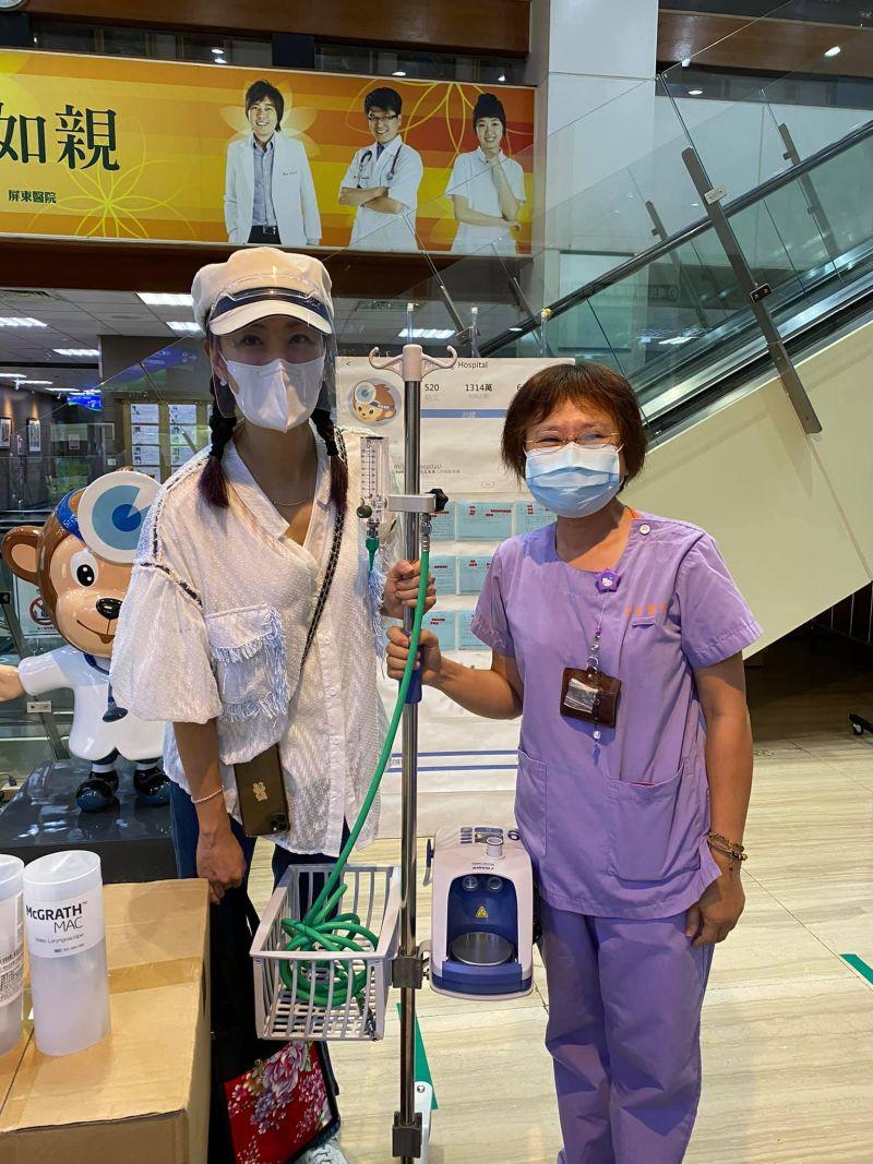 ▲賈永婕(左)與傳訊息的呼吸治療師相見歡,兩人當下情緒都很激動。(圖/賈永婕臉書)