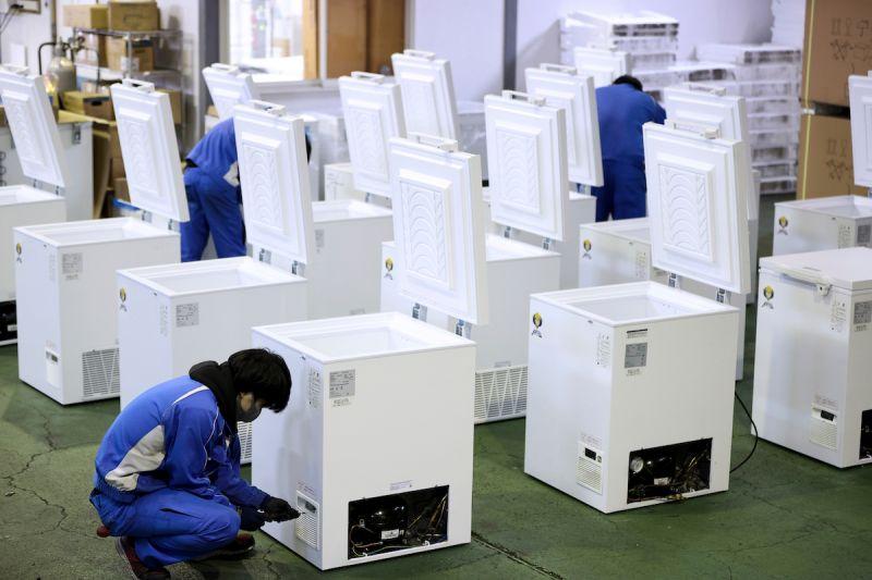 ▲日本疫苗冷凍庫製造商認為,除非是故意拔掉或不小心踢掉,否則電源插頭不會自然脫落。圖/美聯社/達志影像)