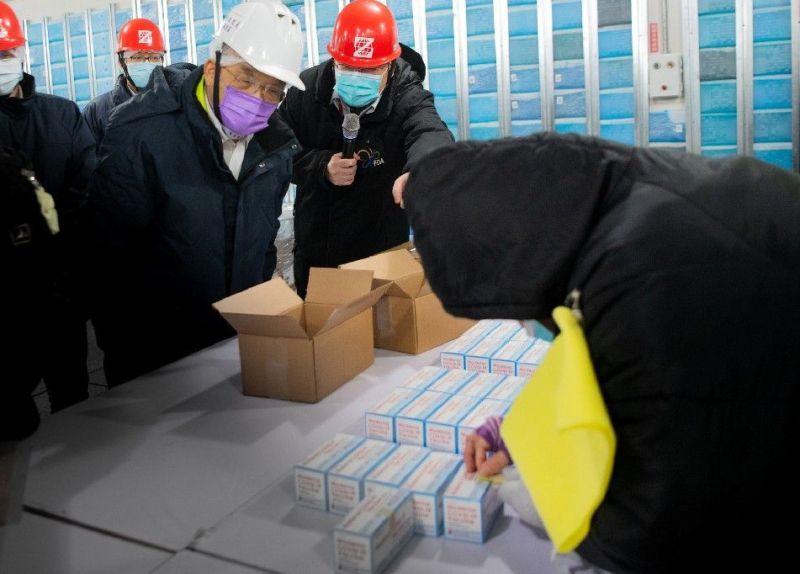▲行政院長蘇貞昌視察疫苗倉儲與封緘流程,並對全體工作人員表示感謝。(圖/行政院提供)