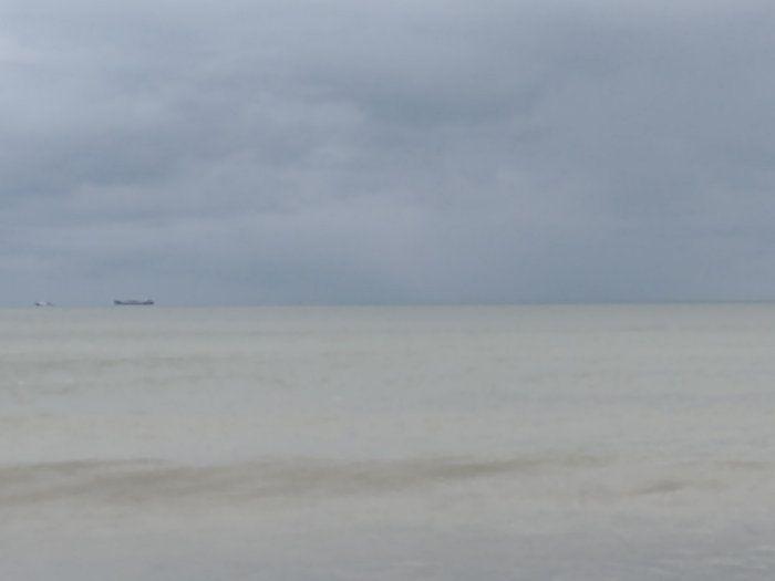 ▲從照片中可以看到,海水不如同一般人印象中的深藍色,竟是一片「黃色大海」。(圖/翻攝自網路論壇《Dcard》)