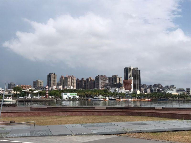▲安平海景宅可以眺望安平港,成為許多換屋族、外地客購置度假宅的首選。(圖/NOWnews資料照片)
