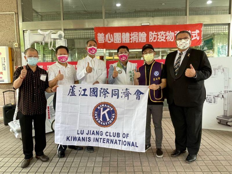 挺醫護 議員陳啟能捐移動型X光機 劉美芳贈防護面罩