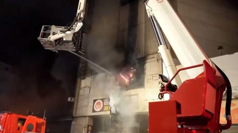 ▲彰化市火車站前15層樓的「喬友大樓」昨(30)日深夜發生大火。(圖/翻攝自臉書《記者爆料網》)