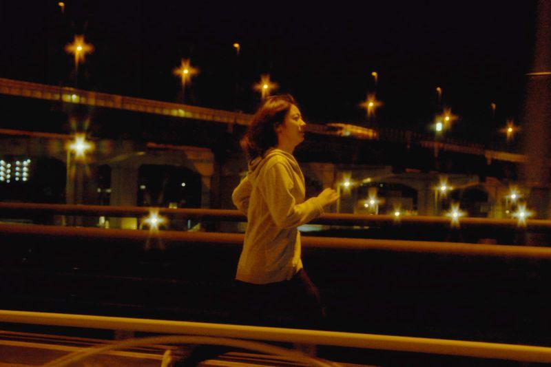 ▲瀧内公美拍攝跑步場面,凌晨2點就開始準備。(圖/采昌)