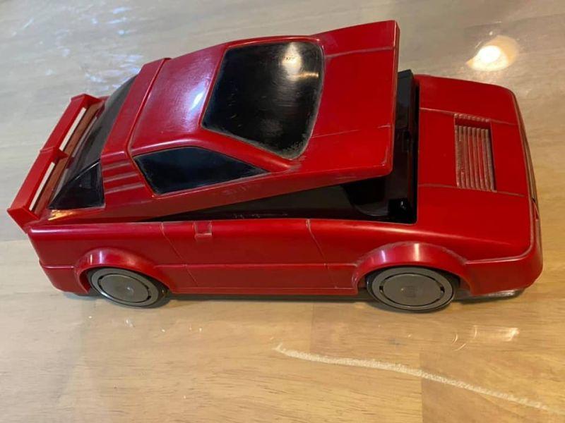 ▲有網友翻出家中的紅色跑車「模型」,勾起眾多網友的童年回憶。(圖/翻攝《爆廢公社公開版》)