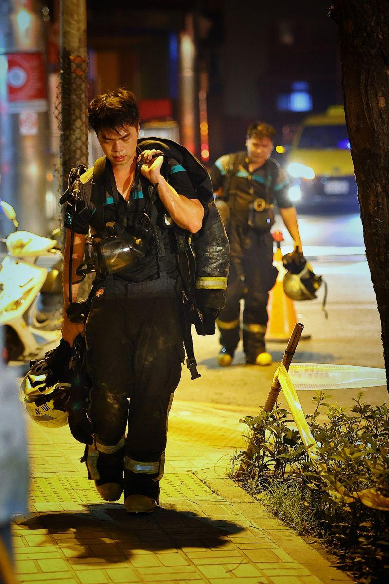 ▲一名攝影師捕捉下火災現場25張照片,許多消防員在第一線冒著生命危險救火,畫面曝光讓2.6萬網友感動不已。(圖/網友JJ