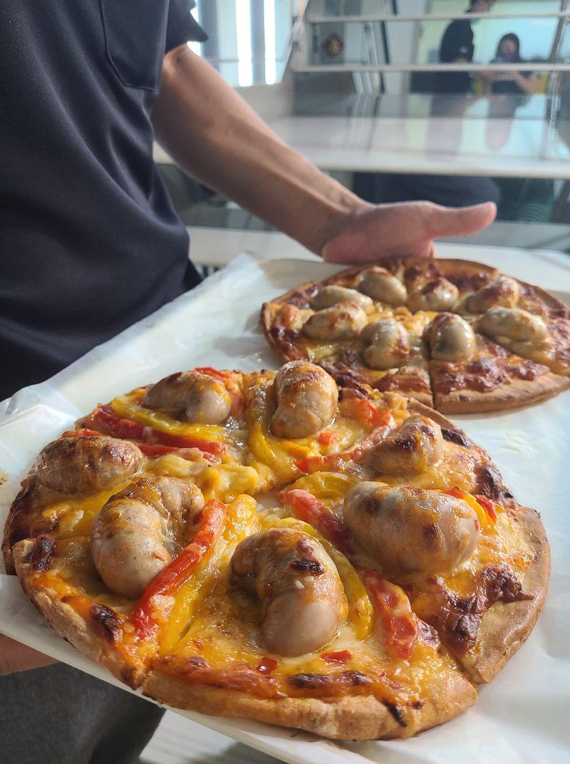 ▲師傅烤的特調披薩,上面的食材竟是「火雞雞佛」。(圖/翻攝自《爆廢公社公開版》