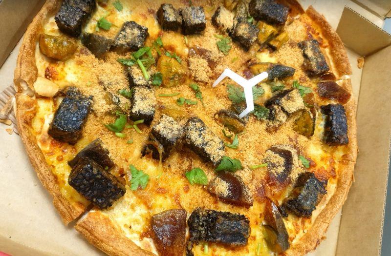 ▲必勝客日前推出「香菜皮蛋豬血糕」披薩引發熱議,就有網友分享,師傅突發奇想,加入一項食材做成特調披薩。(圖/記者張嘉哲拍攝 )